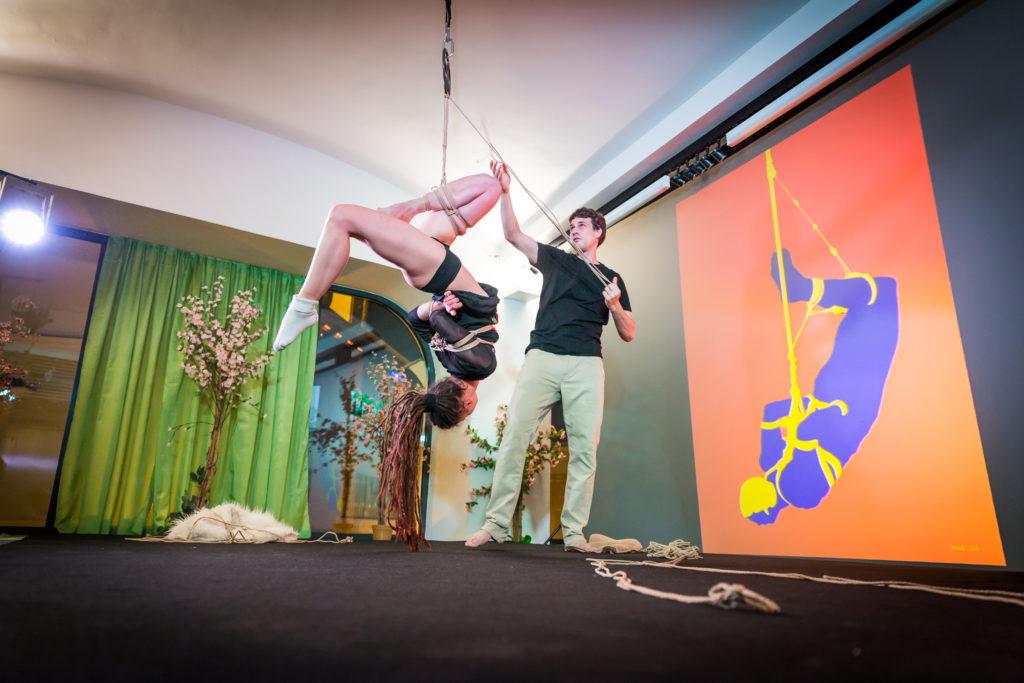 Shibari vystoupení - exhibice pro diváky. Přítomna může být široká veřejnost.