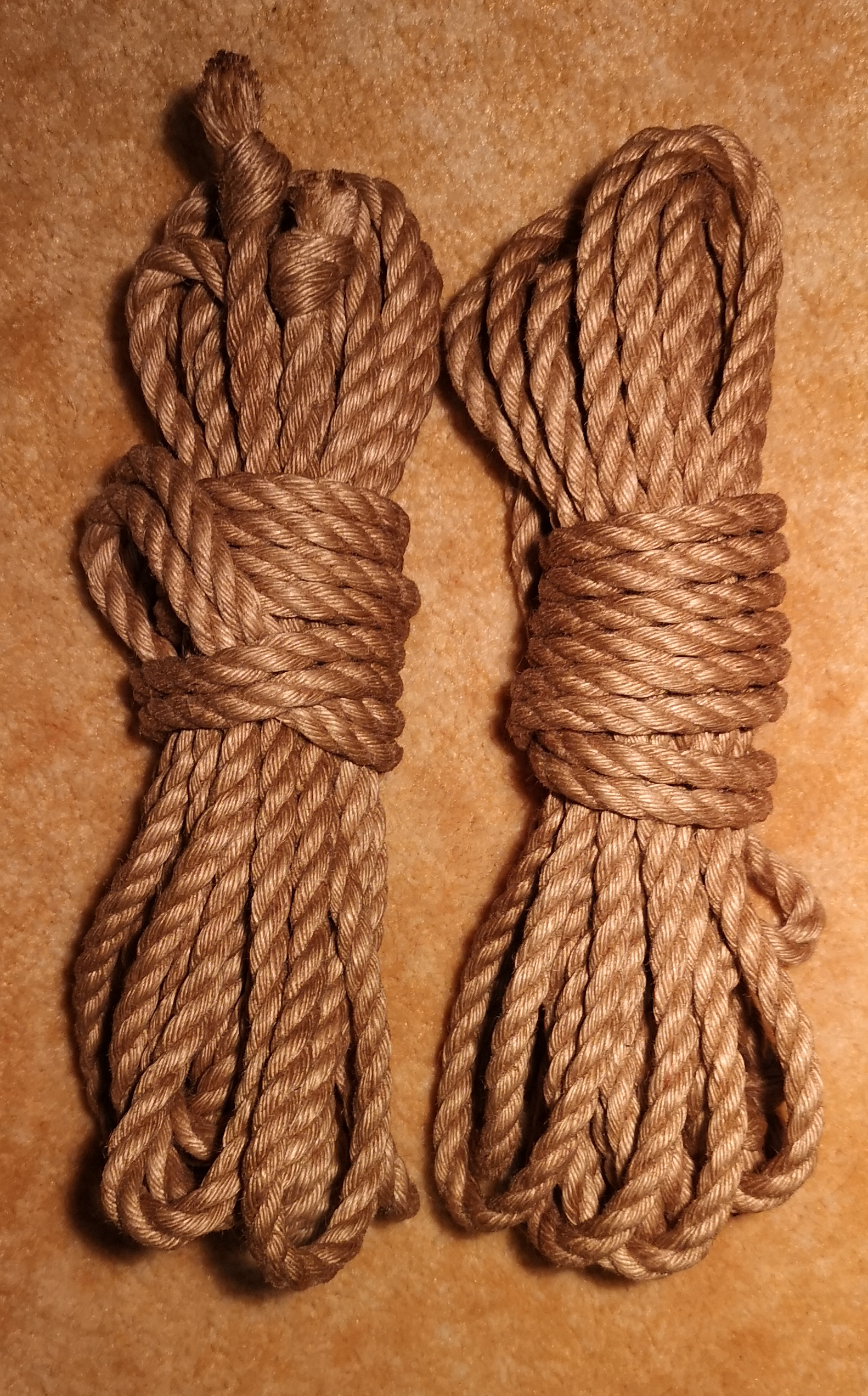 Prodej jutových provazů pro bondage - shibari/kinbaku - musí být speciálně upravené, aby byly příjemné.